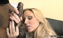 This horny cougar gets her pussy licked